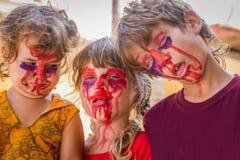 Tre unga ungar med målade framsidor, barnzomb Royaltyfria Foton
