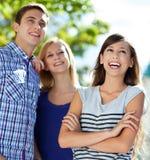Tre unga vänner som tillsammans plattforer Royaltyfri Bild