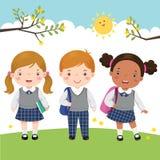Tre ungar i skolalikformign som går till skolan vektor illustrationer