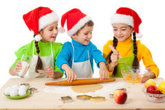 Tre ungar med att laga mat för jul Royaltyfri Fotografi