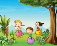 Tre ungar som har gyckel med en studsa boll vektor illustrationer