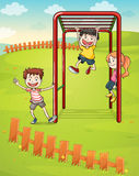 Tre ungar som spelar i parkera Royaltyfri Foto