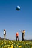 Tre ungdomar med bollen Arkivbild