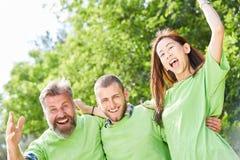 Tre ungdomar, som aktivister firar entusiastiskt royaltyfri bild