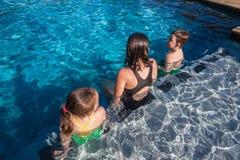 Tre barn slår samman Sittting royaltyfri bild