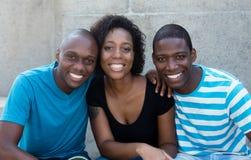 Tre uomini afroamericani e donna che esaminano macchina fotografica Fotografia Stock