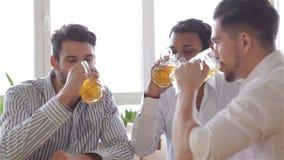 Tre uomini allegri nella tostatura di abbigliamento casual stock footage