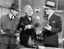 Tre uomini che esaminano i raggi x (tutte le persone rappresentate non sono vivente più lungo e nessuna proprietà esiste Garanzie Immagini Stock