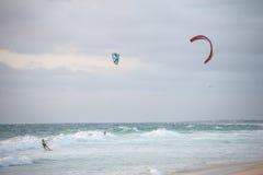 Tre uomini che kitesurfing sulla spiaggia in Oceano Indiano a Perth Immagini Stock