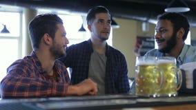 Tre uomini con la birra si rallegrano la vittoria del gruppo archivi video
