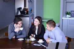 Tre uomini d'affari, donna ed uomini discutenti robot con la tazza di te Fotografia Stock Libera da Diritti
