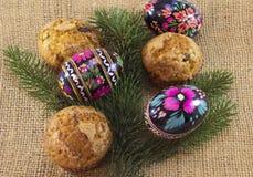 Tre uova di Pasqua con i muffin Fotografia Stock