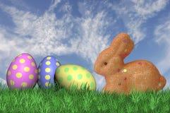 Tre uova di Pasqua macchiate con un coniglietto di pasqua Immagine Stock