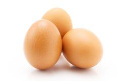 Tre uova isolate su fondo bianco Immagine Stock