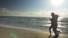 Tre ursnygga kvinnor som kör på stranden stock video