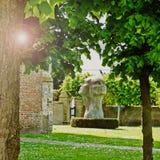 Tre vände mot statyn Belgien royaltyfri bild