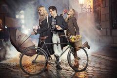 Tre vänner, äpplen och cykel fotografering för bildbyråer