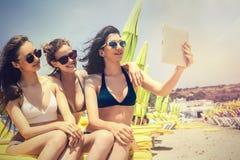 Tre vänner på stranden royaltyfria foton