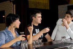 Tre vänner som besegrar skott av vodka royaltyfri fotografi