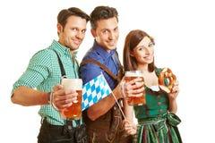 Tre vänner som dricker öl på Arkivfoto