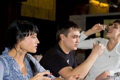 Tre vänner som dricker skott av vodka royaltyfria bilder