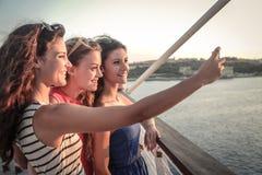 Tre vänner som gör en selfie Arkivbilder