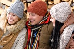 Tre vänner som skrattar vinterytterkläder Arkivbild
