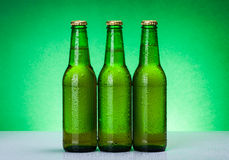 Tre våta tomma ölflaskor Arkivbilder