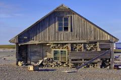 Tre-varvat hus av den gamla polara stationen på kust av det Barents havet Royaltyfri Fotografi
