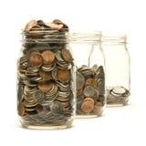 Tre vasi di vetro hanno riempito di monete americane Fotografie Stock