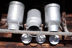 Tre vecchi bidoni di latte del metallo Fotografie Stock