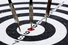 Tre vecchi dardi che colpiscono l'obiettivo Immagini Stock