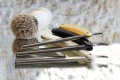 Tre vecchi rasoi e spazzole di rasatura fotografia stock