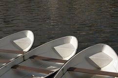 Tre vecchie barche sulla riva del fiume Fotografia Stock Libera da Diritti