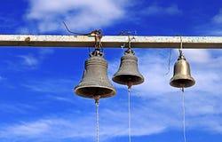 Tre vecchie campane di chiesa si avvicinano alla grande chiesa di Jvari, la Georgia Fotografia Stock Libera da Diritti
