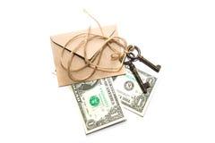 Tre vecchie chiavi, banconote e buste su un fondo bianco Fotografie Stock