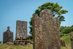 Tre vecchie lapidi, lapidi, in un vecchio cimitero, spazio per la copia immagini stock