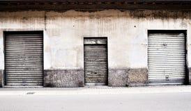 Tre vecchie porte del garage del metallo bianco Immagini Stock Libere da Diritti