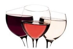 Tre vetri con il vino rosè e bianco di rosso, su fondo bianco Fotografie Stock Libere da Diritti