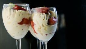 Tre vetri di altezza con il dessert cremoso della mousse bianca saporita video d archivio