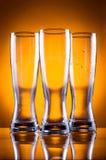 Tre vetri di vetro vuoti per birra o le bevande Fotografia Stock