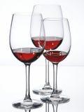 Tre vetri di vino con vino rosso Immagini Stock