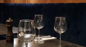 Tre vetri di vino vuoti su una tavola fotografia stock