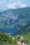 Tre viandanti davanti al Monte Bianco ed al lago di guerin del san in Sav Fotografia Stock Libera da Diritti