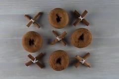 Tre vid raster tre av kanel och Donuts royaltyfri fotografi