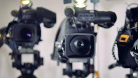Tre videocamere con soltanto una a fuoco video d archivio