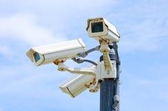 Tre videocamere di sicurezza all'aperto Fotografie Stock Libere da Diritti