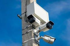 Tre vita utomhus- CCTV-kameror på den konkreta pelaren på set Arkivfoto