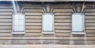 Tre Windows sul vecchio modello d'annata del fondo di struttura di Wallpapet della parete fotografia stock libera da diritti