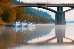 Tre yacht nel porto sotto un ponte a Praga Fotografia Stock Libera da Diritti